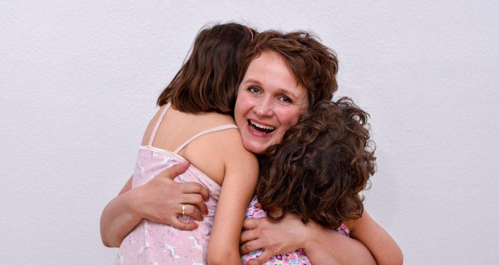 Expertin für zweisprachige Erziehung Dr. Bettina Gruber und zwei ihrer drei Kinder